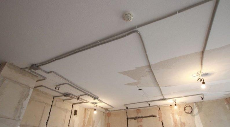Монтаж проводки по потолку в новостройке