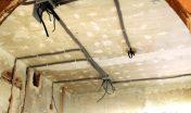 Монтаж проводки по потолку в кирпичном доме