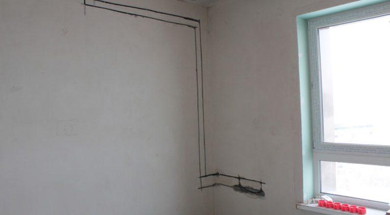Штробление стен в комнате