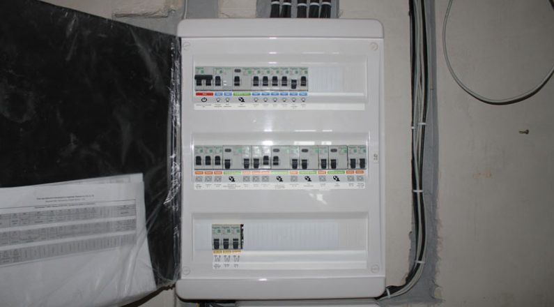 Установка электрощита в квартире