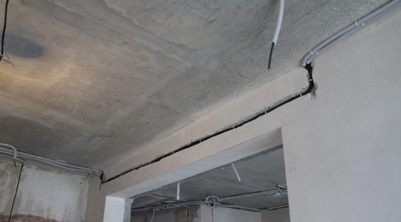 Прокладка кабеля в штробу и по потолку